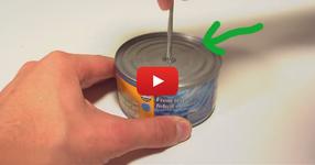 Той пробива консерва от риба с отвертка: Крайният резултатът е впечатляващ! (ВИДЕО)