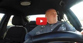 ВИЖТЕ какво прави един американски полицай в колата, когато е сам на смяна! ЕВАЛА НА ЧЕНГЕТО! (ВИДЕО)
