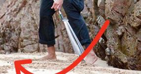 Той е на 43 г. и се разхожда с гребло за листа по плажа. Първо го мислеха за луд, а няколко часа по-късно го считаха за гений (СНИМКИ)