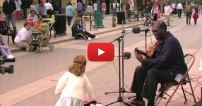 Изпълнител започва да пее класическа песен… това, което последва обаче е невероятно! (ВИДЕО)