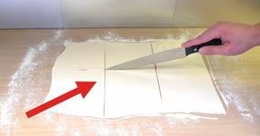 Той взе един нож и наряза бутер тестото на квадрати... Крайния РЕЗУЛТАТ ли? Просто НЕПОВТОРИМ! (ВИДЕО)