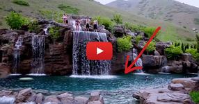 Отначало си помисли, че това е просто едно езеро, но след като скочиха във водата, останах приятно изненадан! (ВИДЕО)