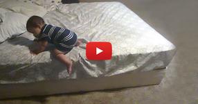 Това, което бебето прави, докато никой не го гледа, ни остави БЕЗМЪЛВНИ! ГЛЕДАЙТЕ какво записа камерата... (ВИДЕО)