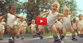 81 000 000 гледания! Бебета с ролкови кънки правят маймунджолъци в такт с музиката! (ВИДЕО)