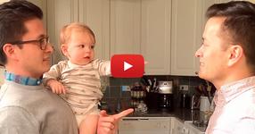 Вижте ОЧАРОВАТЕЛНАТА реакция на това детенце, което за първи път вижда брата близнак на баща си... СМЯХ! (ВИДЕО)