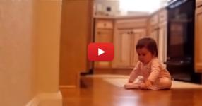 Таткото на малкото бебенце се прибира вкъщи от работа. ТРЯБВА да ВИДИТЕ реакцията на бебето! (ВИДЕО)