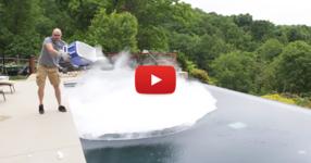 ГЛЕДАЙТЕ какво ще стане, ако решите да хвърлите 10 килограма сух лед в басейн! (ВИДЕО)