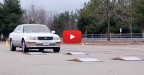 Няма да повярвате на очите си.... Вижте какво се случва, когато бялата кола преминава през неравностите! (ВИДЕО)