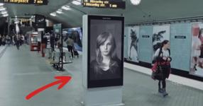 Изглежда като обикновен плакат, но ВИЖТЕ какво се случваше всеки път, когато минаваше влака! (ВИДЕО)