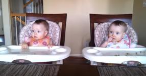 На пръв поглед това са нормални близначета, НО изчакайте да видите какво се случи, когато техния татко засвирва на китарата! (ВИДЕО)