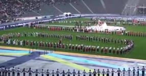 ГЛЕДКА която ще накара всеки един от вас да НАСТРЪХНЕ! Вижте как 2000 БЪЛГАРИ играят ХОРО на олимпийския стадион в Берлин! ВЕЛИКО! (ВИДЕО)