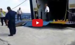 Така се качват коли на ферибот в лошо време! (ВИДЕО)