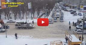 Танк тегли камион в Русия! Ето така се прави! С каквото може с това се тегли! (ВИДЕО)