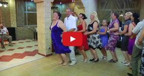 Танца на пияният пингвин! Ще паднете от СМЯХ, когато видите какво прави мъжът в бялата риза! (ВИДЕО)