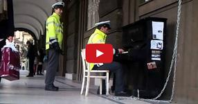 Полицай свири на пиано в центъра на Прага! УНИКАЛЕН! (ВИДЕО)