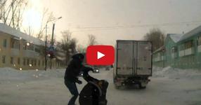 Бой с пешеходец в движение! Е това вече е добър клип! Такова нещо не сте виждали! (КЛИПЧЕ)