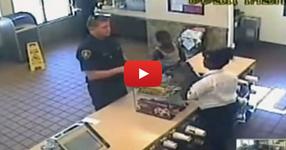 Този полицай направи нещо прекрасно минути преди да загуби животът си и беше записан за да вдъхнови света! (ВИДЕО)