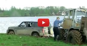 Ето как се тегли джип затънал в калта! (ВИДЕО)