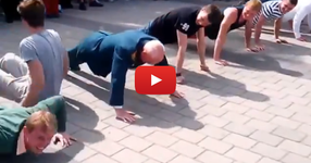 Бивш военен, който сега е на 65 години засрамва 20 годишни правейки лицеви опори! ЕВАЛА на този човек! (ВИДЕО)