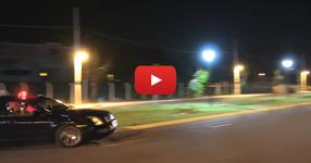 Какво ще направите ако на няколко метра от вас полицейска кола започне да стреля с автомати? Вижте какво направиха горките хора! (ВИДЕО)