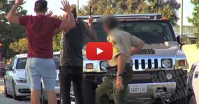Двама ненормалници свалят гума на полицейска кола, докато полицая е вътре! ЛУДОСТ! ГЛЕДАЙТЕ КАКВО СТАВА (ВИДЕО)