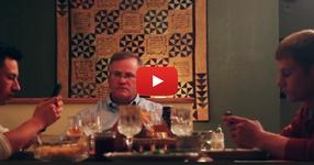 Вечеряше със синовете си, които през цялото време гледаха мобилните си телефони, а след това той направил нещо гениално! (ВИДЕО)