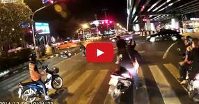 Вижте какво направи този чакайки на светофара. Аз не знам как бих реагирал! (ВИДЕО)