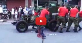 ВИЖТЕ как се разглобява военен джип само за 3 минути! Тези пичове са УНИКАЛНИ! (НЕВЕРОЯТНО ВИДЕО)