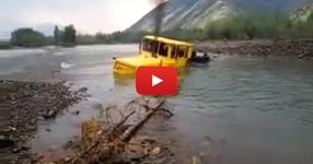 ГЛЕДАЙТЕ как това руско чудовище успя да се измъкне от няколко метрова река! (ВИДЕО)