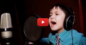 Това момченце влезе в студиото и си сложи огромните слушалки... когато започна да пее обаче... ИЗУМИТЕЛЕН ГЛАС! (ВИДЕО)