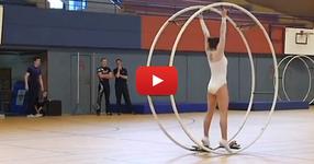 Тази млада гимнастичка започва упражненията си с колелото. Няколко секунди по-късно вие ще останете без думи! (ВИДЕО)