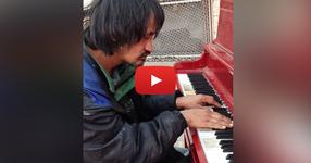 Българинът бездомник, който живее на улицата 30 години, сяда на пианото и свири невероятна композиция, която той е написал! (НЕПОВТОРИМО ВИДЕО)