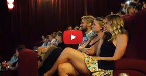 Тя отиде с приятели на кино да гледа обикновен филм... Това, което се случи там я остави без думи !!! (ВИДЕО)