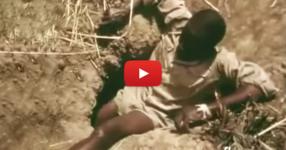 Как се лови ГИГАНТСКА АНАКОНДА?! Пъхаш се до кръста в дупката и, и чакаш да лапне целият ти крак! (ВИДЕО)