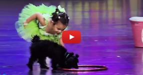4-годишно момиченце и нейното куче излязоха на сцената. Кой би очаквал подобен спектакъл... ОЧАРОВАТЕЛНИ КАДРИ! (ВИДЕО)