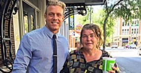 Той обядва с бездомна жена всеки вторник. Един ден тя му казва нещо, което му променя живота!
