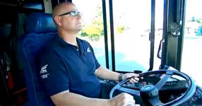 Шофьор на автобус подозира, че едно дете е било отвлечено. След това той спира автобуса и прави нещо гениално!