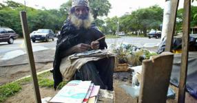 Жена помага на бездомен мъж. Няма да познаете какво се случва!