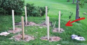 Забива 6 дървени греди в двора. Когато видите крайния резултат, ще искате и вашият съпруг да направи същото в двора ви! (СНИМКИ)