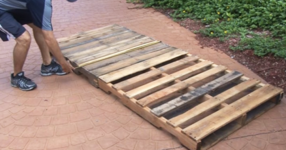 Този мъж ще ви покаже как да си направим люлеещо легло за градината, използвайки два дървени палета! (СНИМКИ)