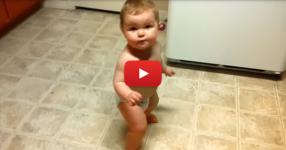 Това малко момиченце чу фрагмент от популярна песен. Нейната реакция? Безценна! (ВИДЕО)