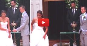 Булката напуска олтара по време на сватбената церемония - но погледнете внимателно ръцете ѝ! (ВИДЕО)