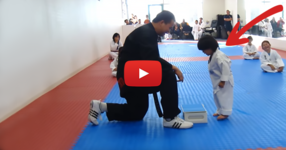 Учител по бойни изкуства казва на малкото момченце да счупи плоскостта на две. ГЛЕДАЙТЕ обаче какво прави детето... (ВИДЕО)