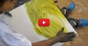 Бездомен извади едно платно и започна да рисува на него по странен начин. Ще останете без думи, когато видите крайния резултат! (ВИДЕО)
