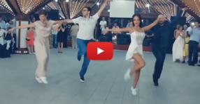 Гостите на сватбата излизат на дансинга и впечатляват всички с невероятни танцови движения! Ето това вече се казва танцуване! (ВИДЕО)