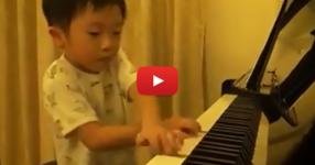 Това детенце е ФЕНОМЕН! То е само на 4 години, а свири на пиано като професионалист! И без да гледа нотите, всичко по памет! (ВИДЕО)