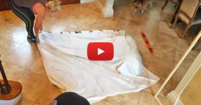 Тази жена опъна завесата от банята на пода, за да направи ГЕНИАЛНО нещо! (ВИДЕО)
