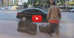 Една кола спира пред бездомен човек. Не може да си представите какво ще се случи с този човек… (ВИДЕО)
