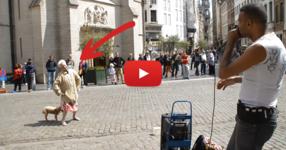Уличен музикант привлича минувачите като сред тях, и една стара баба. Ченето ще ви падне обаче, когато тя започна да танцува! (ВИДЕО)