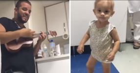 Лекар от Детска онкология пее весела песничка на най-малкия пациент. Сърцето ще ви се свие, когато видите това видео…